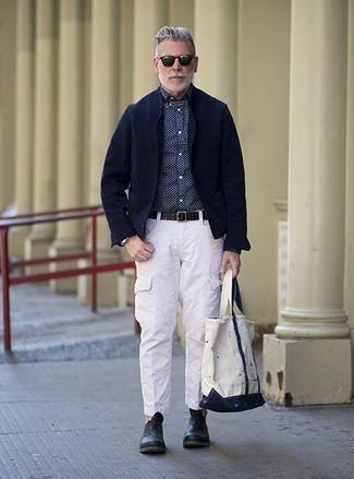 Wie kombinieren: dunkelblaues Kordsakko, dunkelblaues und weißes gepunktetes Businesshemd, weiße Cargohose, schwarze Leder Oxford Schuhe