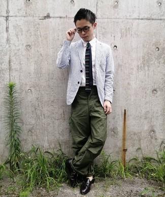 Teenager: Outfits Herren 2020: Die Vielseitigkeit von einem weißen und dunkelblauen vertikal gestreiften Sakko und einer olivgrünen Cargohose machen sie zu einer lohnenswerten Investition.
