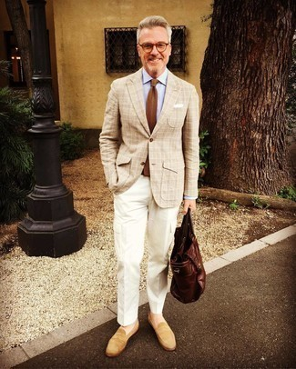 Braune Strick Krawatte kombinieren – 77 Herren Outfits: Paaren Sie ein hellbeige Sakko mit Schottenmuster mit einer braunen Strick Krawatte für einen stilvollen, eleganten Look. Beige Wildleder Slipper mit Quasten sind eine großartige Wahl, um dieses Outfit zu vervollständigen.