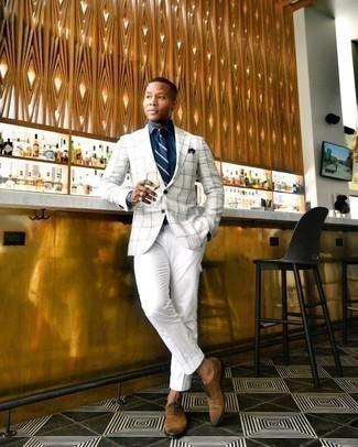 20 Jährige: Weiße Cargohose kombinieren – 9 Herren Outfits: Tragen Sie ein weißes Sakko mit Schottenmuster und eine weiße Cargohose für einen bequemen Alltags-Look. Fühlen Sie sich ideenreich? Wählen Sie braunen Wildleder Oxford Schuhe.