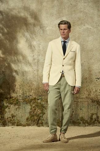 Krawatte kombinieren – 500+ Herren Outfits: Etwas Einfaches wie die Wahl von einem hellbeige Sakko und einer Krawatte kann Sie von der Menge abheben. Wenn Sie nicht durch und durch formal auftreten möchten, ergänzen Sie Ihr Outfit mit beige Wildleder Brogues.