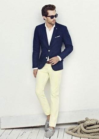Wie kombinieren: dunkelblaues Sakko, weißes Businesshemd, gelbe Chinohose, graue Leder Bootsschuhe