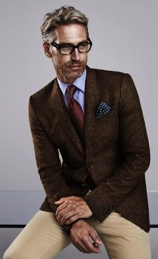Wie kombinieren: dunkelbraunes Wollsakko, hellblaues Businesshemd, beige Chinohose, dunkelrote Krawatte