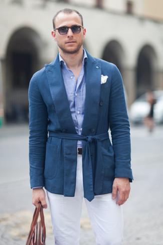 blaues Baumwollsakko, hellblaues Chambray Businesshemd, weiße Chinohose, braune Shopper Tasche aus Leder für Herren