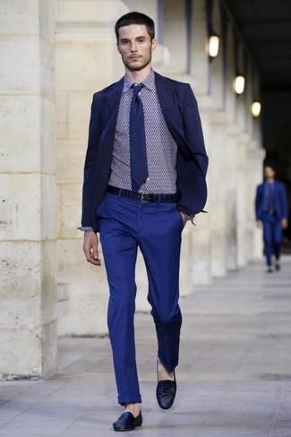 dunkelblaues Sakko, dunkelblaues Businesshemd mit geometrischen Mustern, blaue Chinohose, dunkelblaue Leder Slipper für Herren