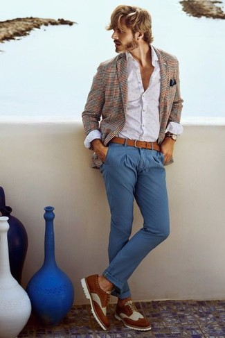 Wie kombinieren: braunes Sakko mit Schottenmuster, weißes gepunktetes Businesshemd, blaue Chinohose, weiße und braune Leder Brogues