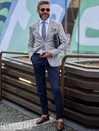 Wie kombinieren: graues Wollsakko, weißes Businesshemd, dunkelblaue Chinohose, dunkelbraune Leder Slipper