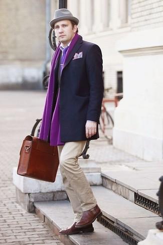 Lila Schal kombinieren: trends 2020: Für ein bequemes Couch-Outfit, kombinieren Sie ein dunkelgraues Sakko mit einem lila Schal. Ergänzen Sie Ihr Outfit mit braunen Leder Brogues, um Ihr Modebewusstsein zu zeigen.