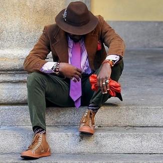 Wie kombinieren: braunes Kordsakko, violettes vertikal gestreiftes Businesshemd, olivgrüne Kord Chinohose, beige hohe Sneakers aus Leder