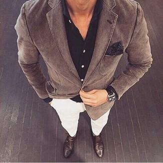 Wie kombinieren: braunes Baumwollsakko, schwarzes Businesshemd, weiße Chinohose, dunkelbraune Doppelmonks aus Leder