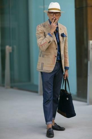 Wie kombinieren: hellbeige Sakko mit Schottenmuster, dunkelblaues Businesshemd, dunkelblaue Chinohose, dunkelblaue Leder Slipper mit Quasten