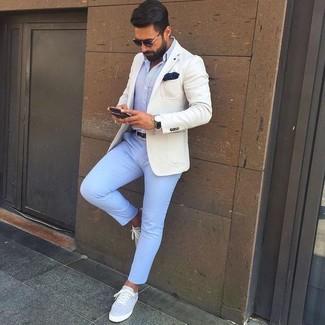 Wie kombinieren: hellbeige Sakko, hellblaues Businesshemd, hellblaue Chinohose, graue Segeltuch niedrige Sneakers