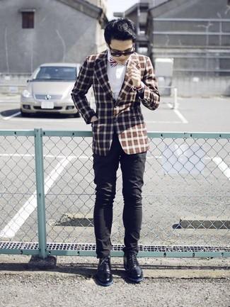 Wie kombinieren: braunes Sakko mit Karomuster, weißes Businesshemd, schwarze Chinohose, schwarze Chukka-Stiefel aus Leder