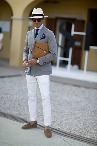 Wie kombinieren: graues Baumwollsakko, hellviolettes Businesshemd, weiße Chinohose, braune Wildleder Slipper mit Quasten