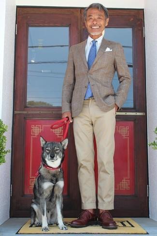 Wie kombinieren: braunes Sakko mit Karomuster, hellblaues Businesshemd, hellbeige Chinohose, dunkelbraune Leder Derby Schuhe