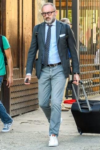 Wie kombinieren: dunkelgraues Sakko, hellblaues Businesshemd, mintgrüne Chinohose, weiße Leder niedrige Sneakers