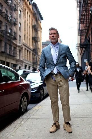 Wie kombinieren: blaues Sakko, hellviolettes Businesshemd, beige Chinohose, beige Chukka-Stiefel aus Wildleder