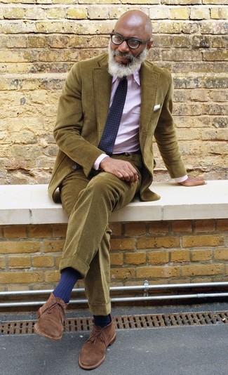 Entscheiden Sie sich für ein olivgrünes kordsakko und eine olivgrüne kord chinohose, um einen modischen Freizeitlook zu kreieren. Braune chukka-stiefel aus wildleder fügen sich nahtlos in einer Vielzahl von Outfits ein.