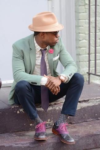 Wie kombinieren: mintgrünes Sakko, weißes horizontal gestreiftes Businesshemd, schwarze Chinohose, lila Leder Oxford Schuhe