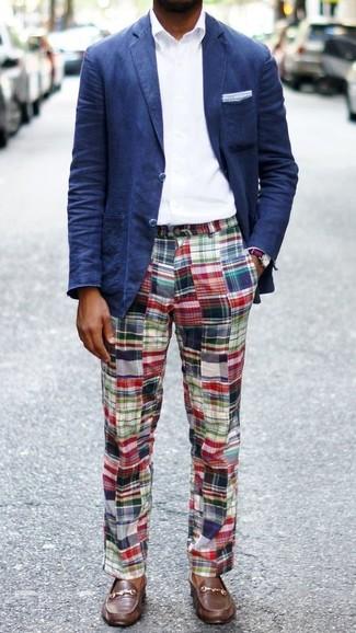 Wie kombinieren: dunkelblaues Sakko, weißes Businesshemd, mehrfarbige Chinohose mit Schottenmuster, braune Leder Bootsschuhe