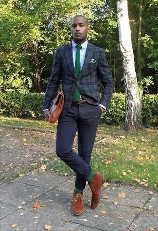 Wie kombinieren: dunkelgrünes Sakko mit Schottenmuster, weißes Businesshemd, schwarze Chinohose, rotbraune Chukka-Stiefel aus Wildleder