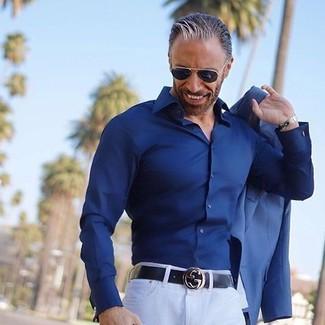 Wie kombinieren: blaues Sakko, dunkelblaues Businesshemd, weiße Chinohose, schwarzer Ledergürtel