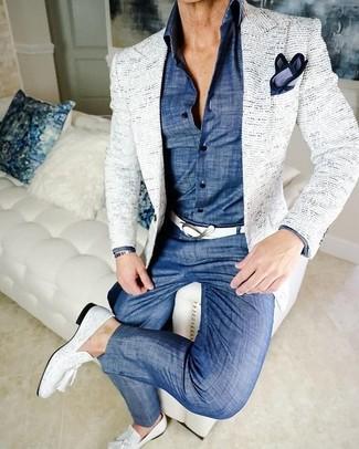 Wie kombinieren: weißes Tweed Sakko, blaues Chambray Businesshemd, blaue Chambray Chinohose, weiße Leder Slipper mit Quasten