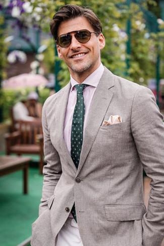 Wie kombinieren: graues Sakko, rosa vertikal gestreiftes Businesshemd, hellbeige Chinohose, dunkelgrüne bedruckte Krawatte