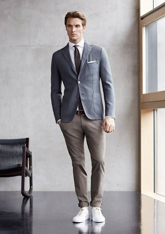 Wie kombinieren: graues Baumwollsakko, weißes Businesshemd, beige Chinohose, weiße Leder niedrige Sneakers