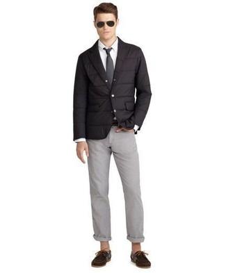 Wie kombinieren: schwarzes gestepptes Sakko, weißes Businesshemd, graue Chinohose, dunkelbraune Wildleder Bootsschuhe