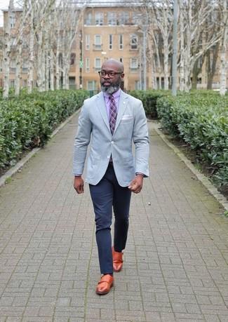 Wie kombinieren: graues Sakko, rosa Businesshemd, dunkelblaue Chinohose, rotbraune Doppelmonks aus Leder