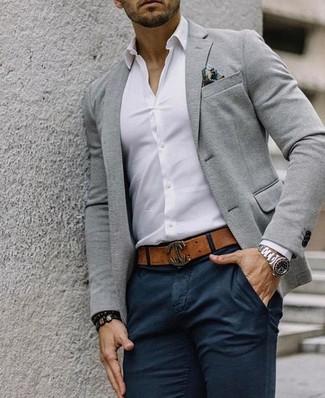 Wie kombinieren: graues Wollsakko, weißes Businesshemd, schwarze Chinohose, mehrfarbiges bedrucktes Einstecktuch