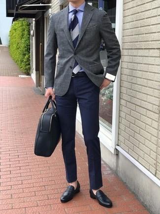 Wie kombinieren: graues Sakko, blaues Businesshemd, dunkelblaue Chinohose, schwarze Leder Slipper