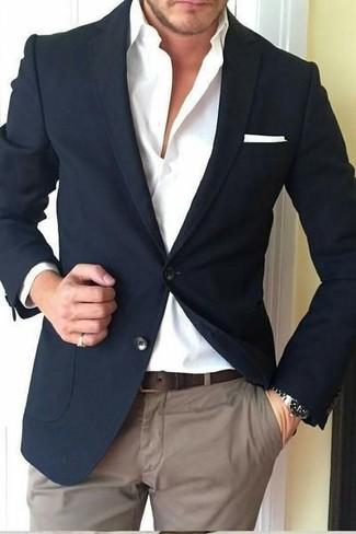 Wie kombinieren: schwarzes Sakko, weißes Businesshemd, braune Chinohose, weißes Einstecktuch