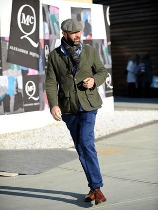 Wie kombinieren: olivgrünes Wollsakko, hellblaues Businesshemd, dunkelblaue Chinohose, rotbraune Leder Derby Schuhe