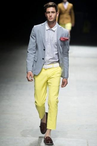 Wie kombinieren: graues Sakko, weißes Businesshemd, gelbe Chinohose, dunkelbraune Leder Slipper mit Quasten