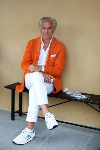 Wie kombinieren: orange Wollsakko, weißes Businesshemd, weiße Chinohose, weiße Sportschuhe