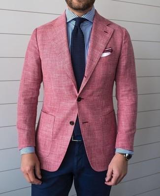 Wie kombinieren: rosa Sakko, weißes und dunkelblaues vertikal gestreiftes Businesshemd, dunkelblaue Chinohose, dunkelblaue Strick Krawatte