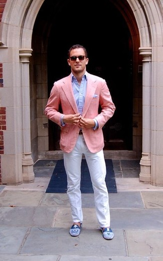 Wie kombinieren: rosa Sakko, hellblaues Businesshemd, weiße Chinohose, blaue Wildleder Slipper
