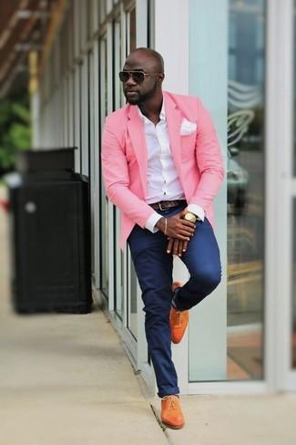 Wie kombinieren: rosa Sakko, weißes Businesshemd, dunkelblaue Chinohose, orange Leder Oxford Schuhe