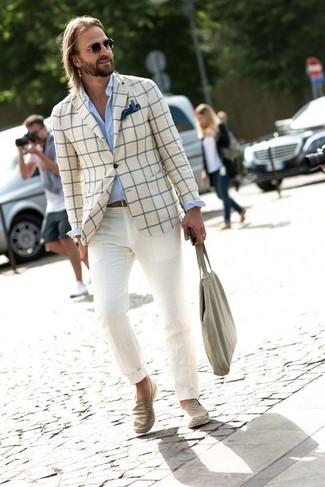 Wie kombinieren: hellbeige Sakko mit Karomuster, hellblaues Businesshemd, hellbeige Chinohose, hellbeige Slip-On Sneakers aus Jeans