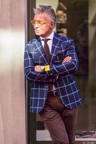 Wie kombinieren: blaues Sakko mit Karomuster, weißes Businesshemd, dunkelbraune Chinohose, dunkelbraune Strick Krawatte