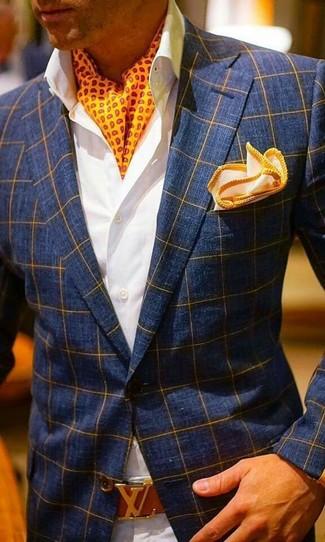 Wie kombinieren: dunkelblaues Sakko mit Karomuster, weißes Businesshemd, hellbeige Chinohose, orange Einstecktuch
