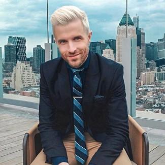 Wie kombinieren: dunkelblaues Wollsakko, dunkelblaues Businesshemd, braune Chinohose, dunkeltürkise vertikal gestreifte Krawatte