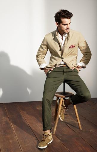 Wie kombinieren: hellbeige Baumwollsakko, weißes Businesshemd, olivgrüne Chinohose, olivgrüne Chukka-Stiefel aus Wildleder