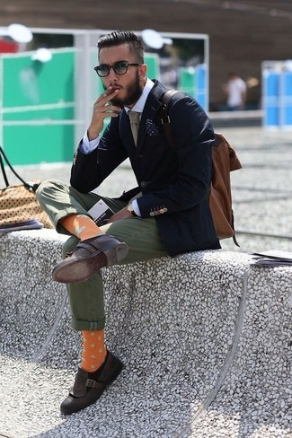 Wie kombinieren: dunkelblaues Sakko, weißes Businesshemd, olivgrüne Chinohose, dunkelbraune Leder Slipper mit Quasten