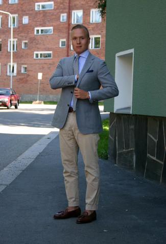 Wie kombinieren: hellblaues Sakko, hellblaues Businesshemd, hellbeige Chinohose, dunkelbraune Leder Slipper mit Quasten