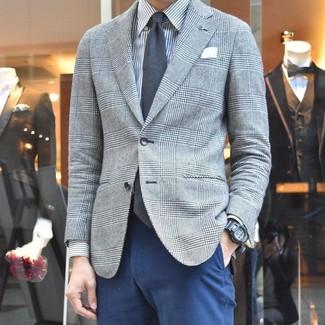 Wie kombinieren: graues Sakko mit Schottenmuster, graues vertikal gestreiftes Businesshemd, dunkelblaue Chinohose, dunkelgraue Krawatte