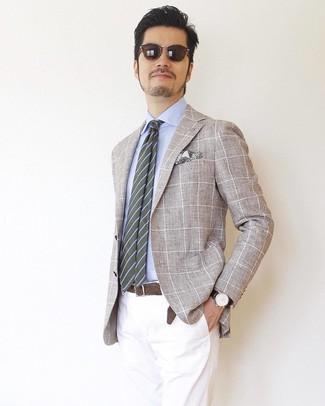 Wie kombinieren: hellbeige Sakko mit Karomuster, hellblaues Businesshemd, weiße Chinohose, olivgrüne horizontal gestreifte Krawatte