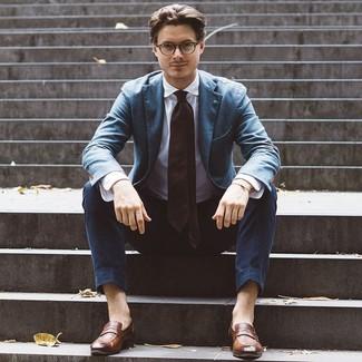 Wie kombinieren: blaues Sakko, weißes Businesshemd, dunkelblaue Chinohose, braune Leder Slipper